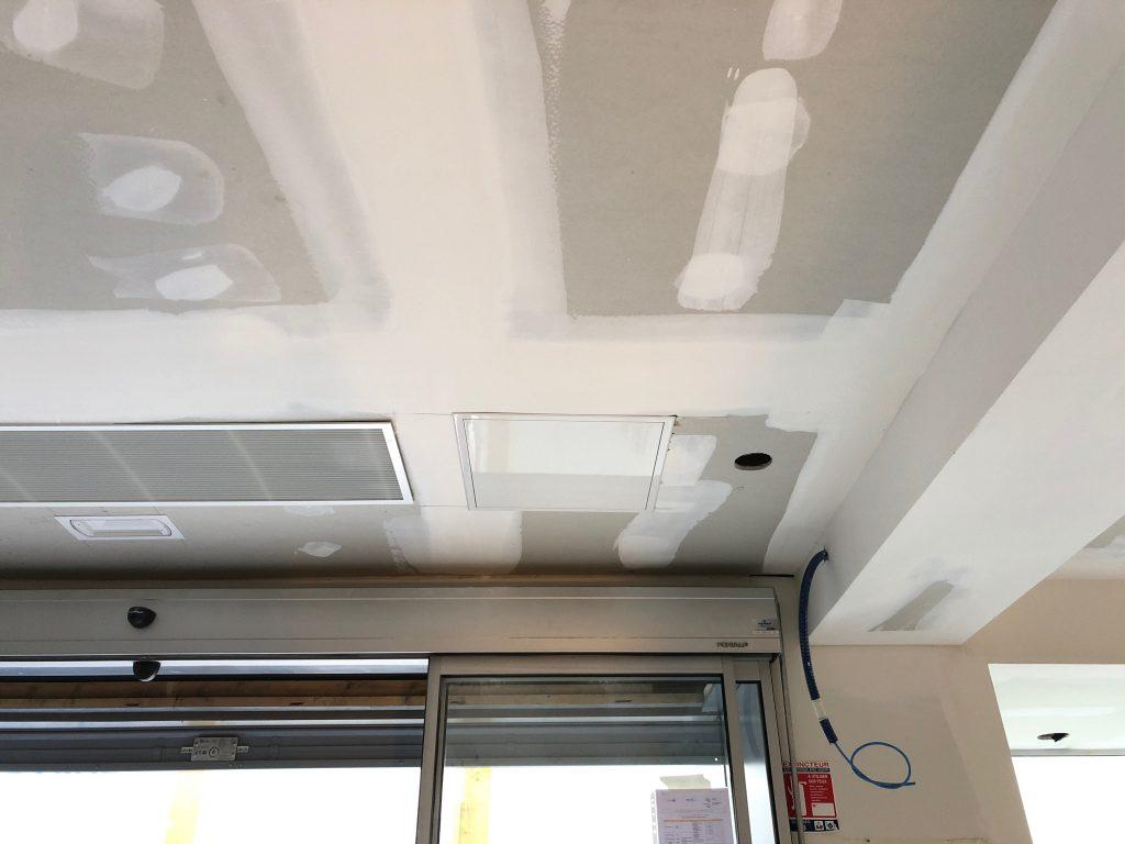 Chantier de plafond acoustique et placo